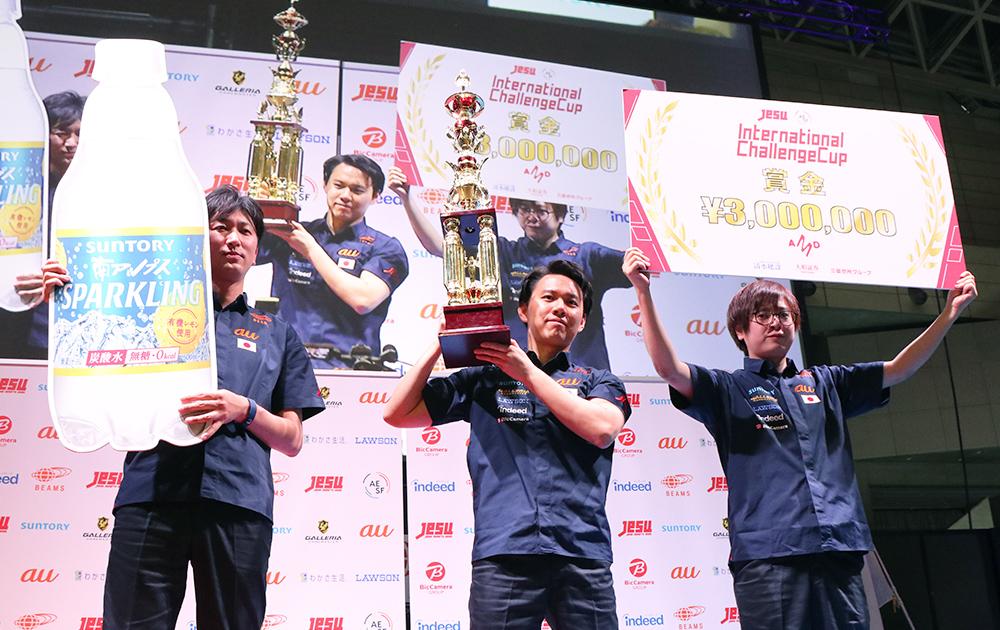 賞金300万円とSUNTORY「南アルプススパークリングレモン」100本を受け取る日本選抜選手たち
