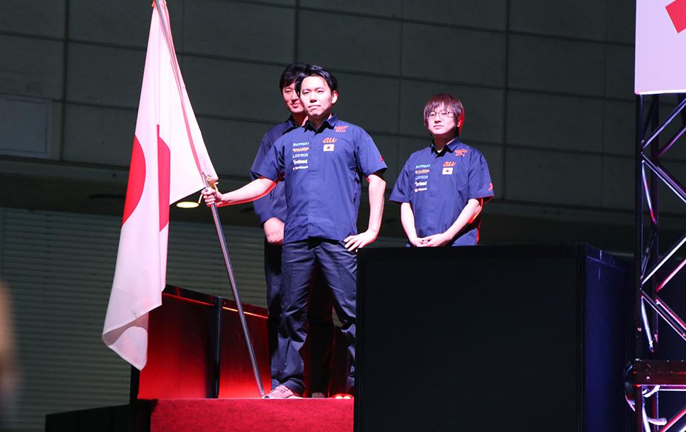 日本の国旗を掲げながら入場するネモ選手、ふ〜ど選手、ときど選手
