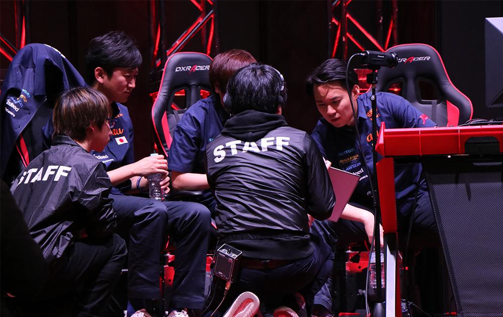 チームのオーダーを相談する日本選抜のネモ選手、ふ〜ど選手、ときど選手