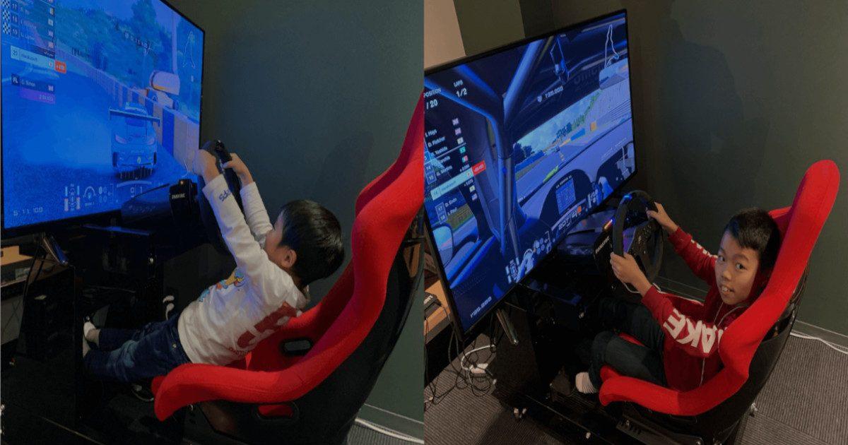 レーシングゲームをプレイする子供たち