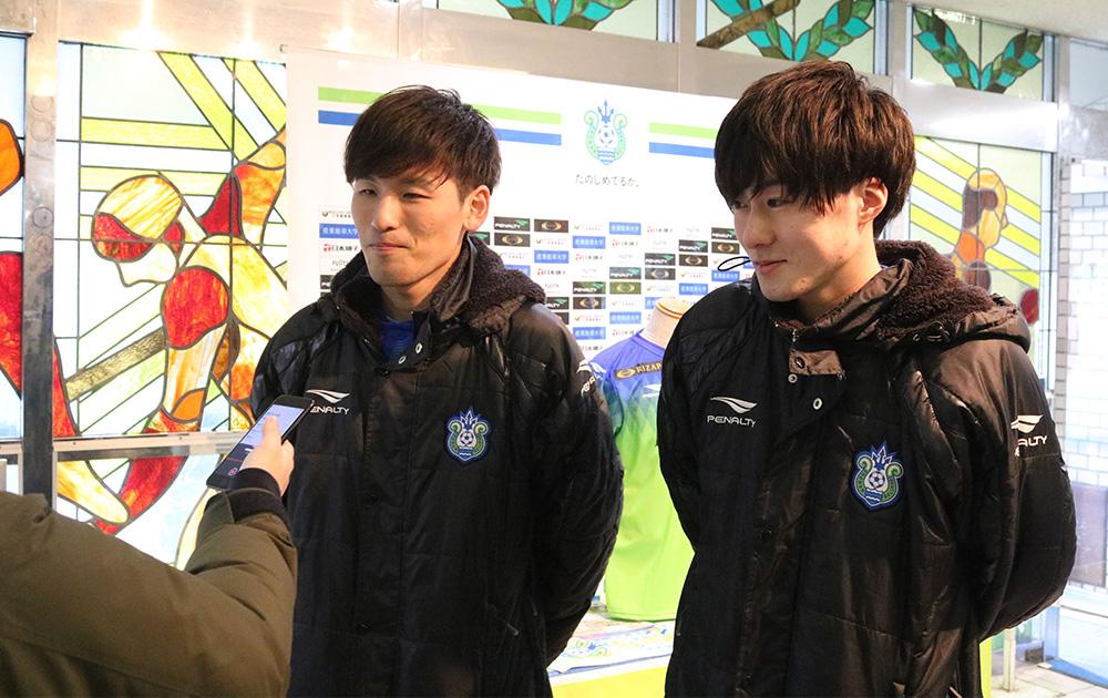 インタビューを受けるSLEDGE選手とBlues選手