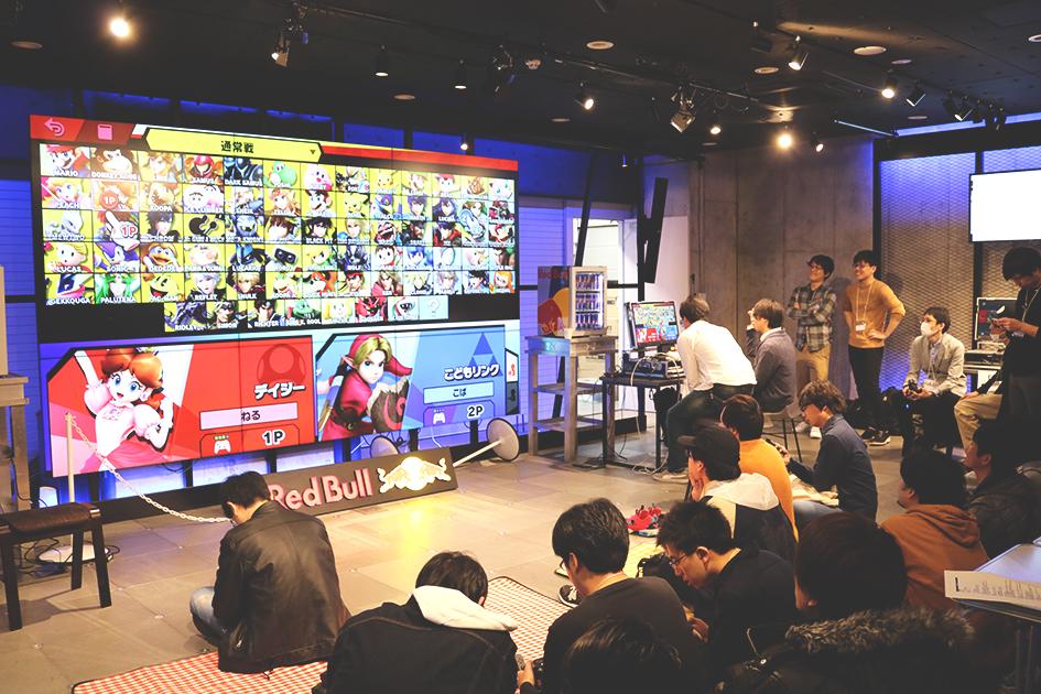メインスクリーンと集まる参加者